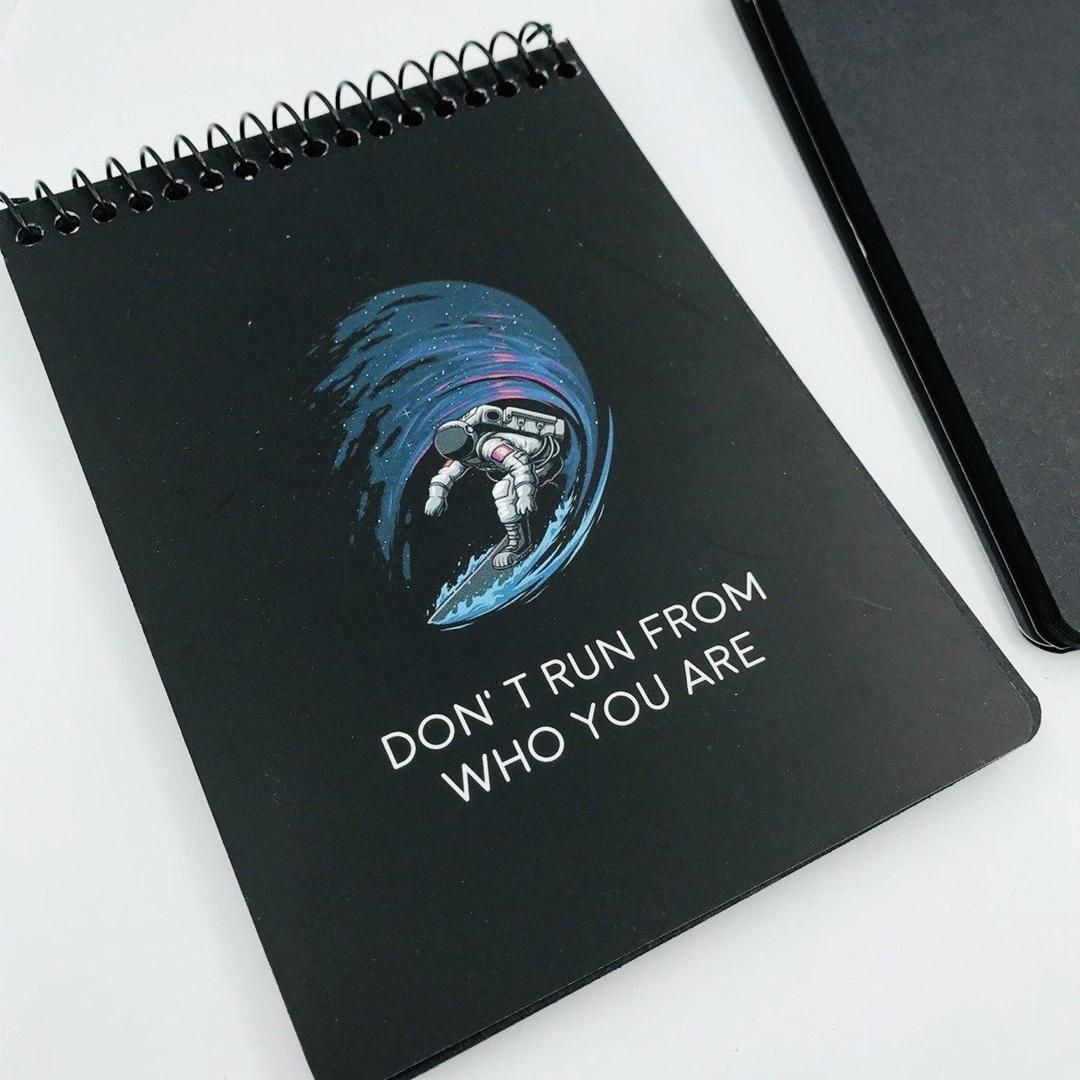 تصویر دفتر سیاه برگ هایکان Hyrcan طرح فضانورد